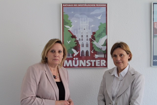 (V. l. n. r) .Simone Wendland (MdL) und Opferschutzbeauftragte Elisabeth Auchter-Mainz.