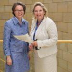 Foto (v.l.): Ministerin Ina Scharrenbach und Simone Wendland MdL.