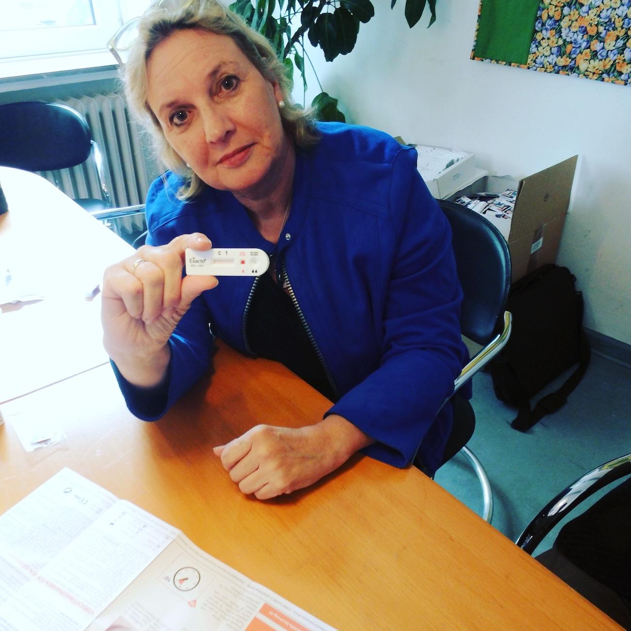 Die CDU-Landtagsabgeordnete Simone Wendland hat die Aufklärungsarbeit der Aids-Hilfe Münster aktiv unterstützt, indem sie in der Beratungsstelle der Aids-Hilfe einen HIV-Selbsttest durchführte.