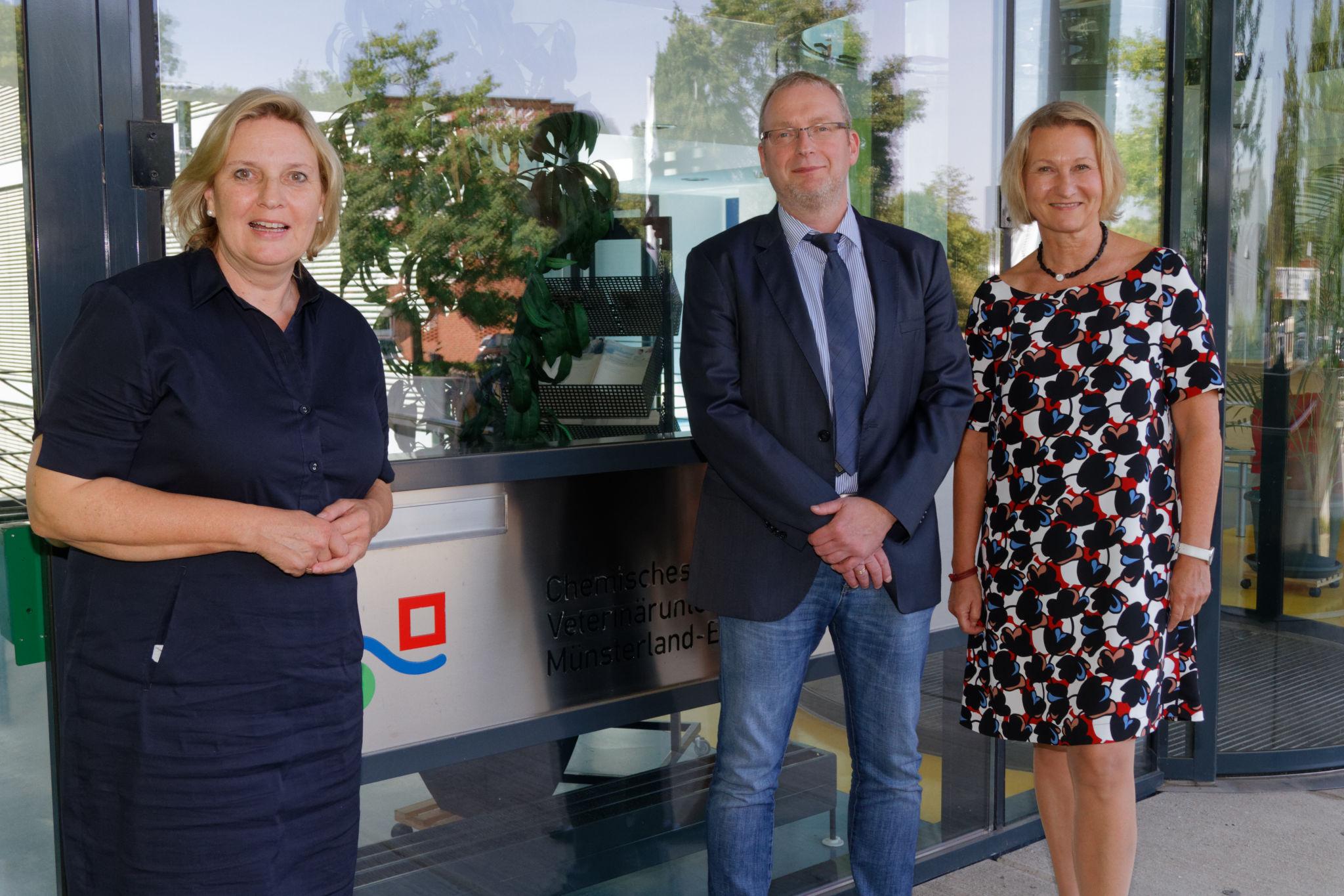 Simone Wendland MdL - Besuch bei CVUA Foto (v.l.): Simone Wendland MdL, Herrn Dr. Stahl (Vorstandsvorsitzender des CVUA-MEL), Frau Dr. Krüger (Ministerium für Umwelt, Landwirtschaft, Natur- und Verbraucherschutz des Landes Nordrhein-Westfalen)