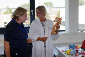 Simone Wendland MdL beim Besuch der Labore und in Gesprächen mit den Mitarbeitern.