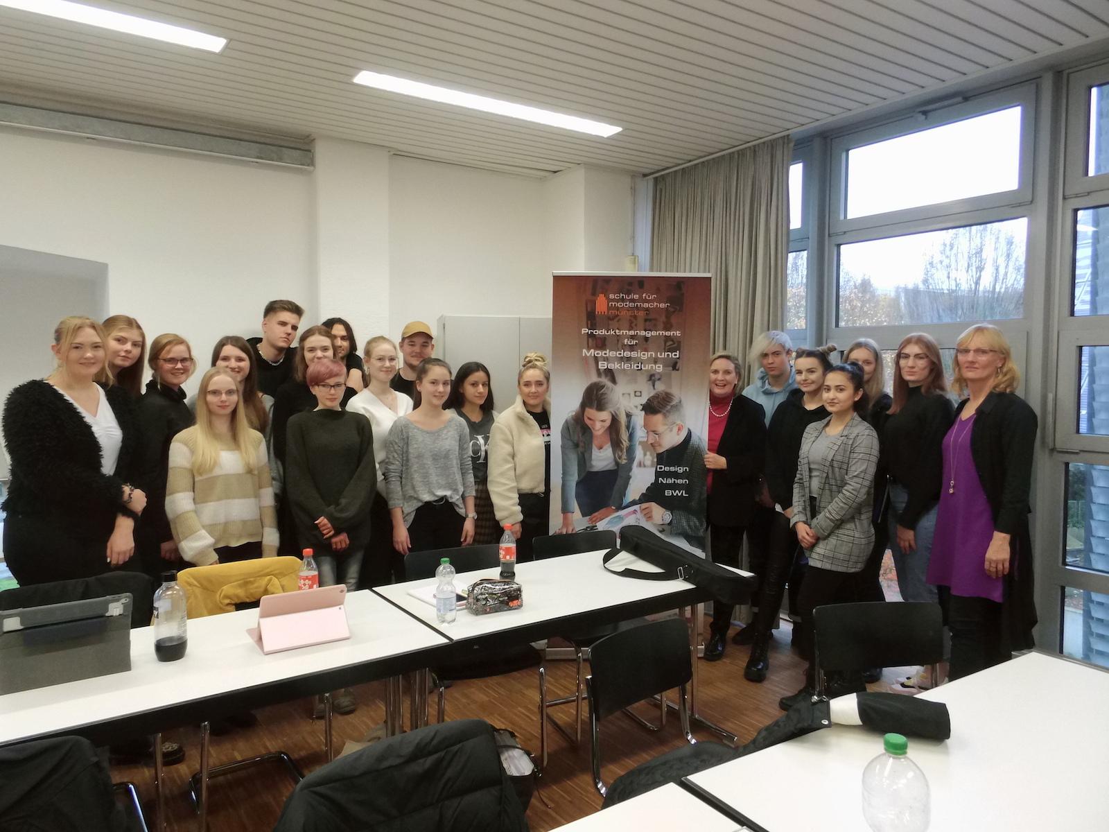 Simone Wendland MdL und die Schülerinnen und Schüler der Schule für Modemacher
