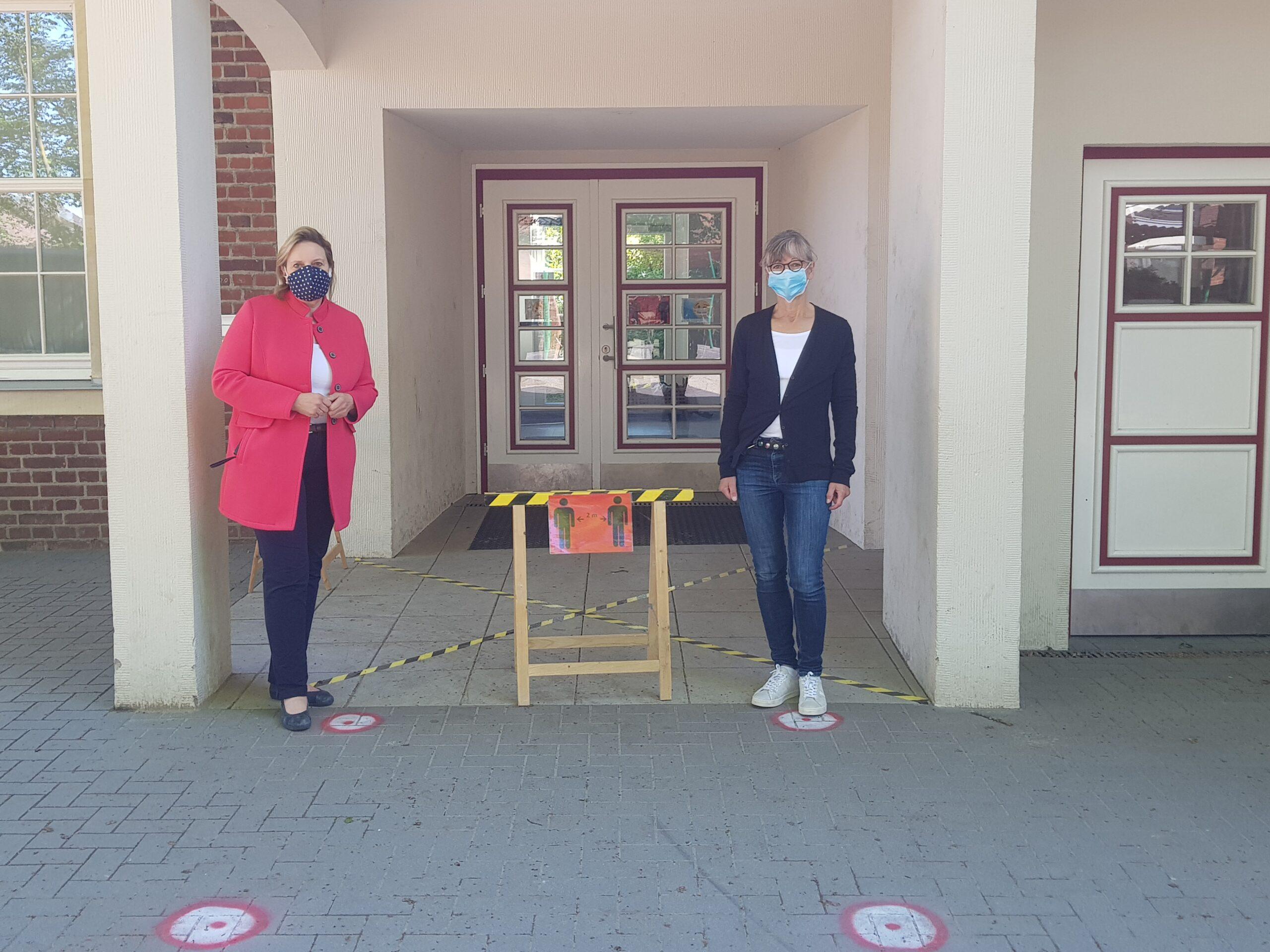 Simone Wendland MdL mit Schulleiterin Ingrid Wernsing.