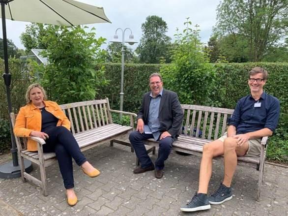 Simone Wendland MdL, Olaf Bloch und Arnd Wirbelauer im Gespräch über die Herausforderungen für Seniorenheime durch Corona.