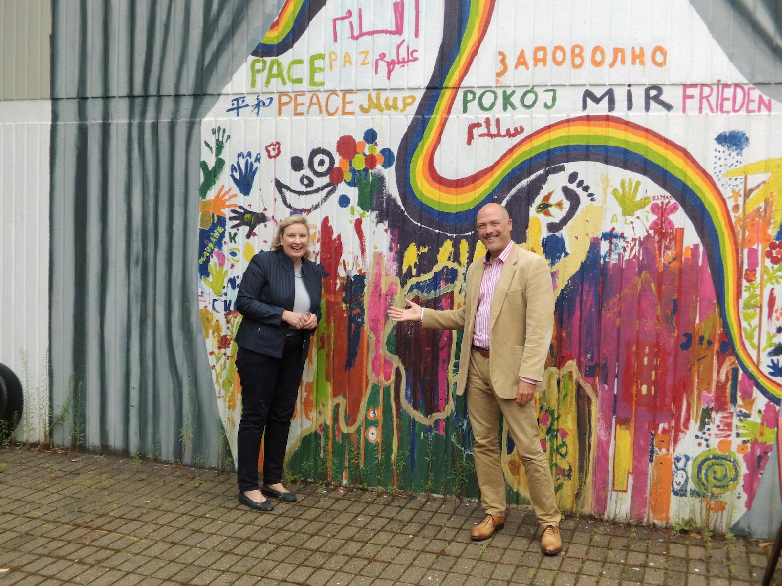 Die CDU-Landtagsabgeordnete Simone Wendland und Ratskandidat Jan Leiße freuen sich für das NRW-Stärkungspaket Kultur.