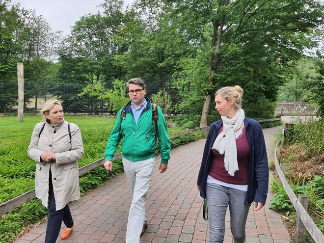 Die CDU-Landtagsabgeordnete Simone Wendland, CDU-Ratskandidat Tobias Jainta und die neue Direktorin des Allwetterzoos Dr. Simone Schehka freuen sich über die Coronahilfe des Landes NRW für Zoos.